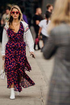 Vogue's street style photographer Jonathan Daniel Pryce snaps the best dressed of New York Fashion Week spring/summer 2019 Street Style Trends, Cool Street Fashion, Street Chic, Fashion Weeks, New Yorker Mode, Vogue Australia, New York Fashion, Nice Dresses, White Dress