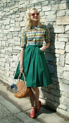 Perfect vintage outfit- love it all and look at those shoes :) Street Style Vintage, Look Vintage, Vintage Birds, Vintage Green, Vintage Decor, Retro Vintage, Rockabilly Fashion, 1950s Fashion, Modern Vintage Fashion
