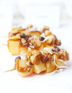These Caramel Apple Skewers make a cute fun and healthier appetizer snack or treat perfect for those parties and get togethers. Bbq Desserts, Campfire Desserts, Healthy Appetizers, Appetizer Recipes, Dessert Skewers, Fruit Skewers, Kabobs, Brunch Recipes, Dessert Recipes