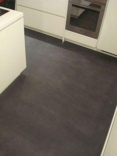 Nach zwischenzeitlicher Skepsis, Kunde mit großer Begeisterung über den neuen fugenlos gespachtelten Küchenboden. http://www.malerische-wohnideen.de/de/blog/mit-der-bodengestaltung-in-unserer-neuen-kueche-sind-wir-sehr-zufrieden-sagt-frau-s-aus-wiesbaden-zu-mir-bodendesign-fugenlose-boeden.html