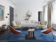 living moderno com tapete em tons de azul