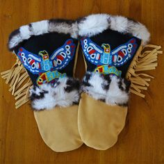 Astis Erling leather mittens are hand-sewn in the USA from light brown high-quality suede leather with hand-stitched beadwork on the gauntlet and are lined with Polartec® Thermal Pro® High Loft insulation. Native American Regalia, Native American Earrings, Native American Artifacts, Beaded Moccasins, Beadwork Designs, Native Design, Nativity Crafts, Leather Gloves, Suede Leather