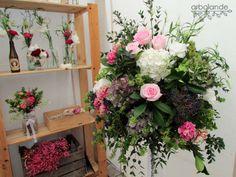 La caja del fondo con las florecillas rosas y el ramo que está en primer plano son perfecto para lo que queremos.