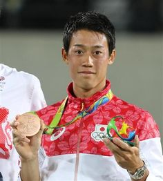 銅メダルを首にかけ笑顔を見せる錦織圭=五輪テニスセンター(撮影・大橋純人)  【表彰式後の一問一答】錦織「選手村のシャワーがすげえ強くなって…それがうれしくて」