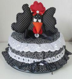 Cobre bolo no tema galinha, confeccionado em tecido e feltro nas cores da sua preferencia.