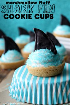 Sweeten up your family's Shark Week viewing party with a batch of these delicious Marshmallow Fluff Shark Fin Cookie Cups! Beach Theme Desserts, Beach Dessert, Party Desserts, Shark Cupcakes, Shark Cookies, Shark Cake, Shark Party Foods, Shark Snacks, Ocean Snacks