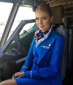 More female airline crew, ground staff and flight attendants wearing uniforms with very tight pencil skirts: Margot Robbie i. Flight Attendant Hot, Airline Attendant, Tight Pencil Skirt, Tight Skirts, Airline Cabin Crew, Airline Uniforms, Female Pilot, Intelligent Women, British Airways