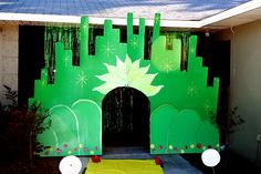 Love this Wizard of Oz Emerald City Entrance, cut out of cardboard and painted - not too hard to do and looks great. Wizard Of Oz Play, Wizard Of Oz Musical, Wizard Of Oz Decor, Wizard Wizard, Homecoming Floats, Homecoming Themes, Land Of Oz, City Background, Yellow Brick Road