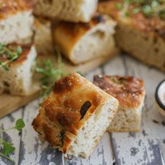 Eltefri foccacia blir best! Anne Cathrine har knukket focaccia-koden en gang for alle, og funnet den perfekte oppskriften. Eltefri foccacia er løsningen! Our Daily Bread, Bread Baking, Sandwiches, Food And Drink, Sweets, Eat, Healthy, Desserts, Recipes