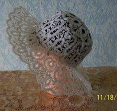 Кружевная шляпка сплетена на коклюшках из белого льна . Шляпка держит форму без подкрахмаливания. Размер изделия : 57 - 58.