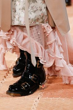 See all the Details photos from Alexander McQueen Spring/Summer 2018 Ready-To-Wear now on British Vogue Dope Fashion, Fashion Week, High Fashion, Fashion Show, Womens Fashion, Fashion 2018, Alexander Mcqueen, Vogue Paris, Fashion Details
