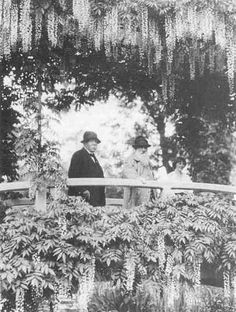 Georges Clemenceau, Claude Monet and Alice Butler on the Japanese bridge in Monet's garden in Giverny. Photograph by Henri Martinie in June © Musée Clemenceau, Paris. Monet Paintings, Impressionist Paintings, Landscape Paintings, Claude Monet, Monet Garden Giverny, Giverny France, Joy Art, Photo Report, Garden Painting