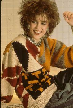 Intarsianeulospaidat olivat suosittuja 80- ja 90-luvuilla. Tässä tyyliesimerkki muotitalo Valentinon kokoelmista vuodelta 1989.  Lisää intarsianeuleesta Soukan käsityökerhossa to 5.4. klo 17.30.