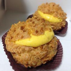 京都クレーム・デ・ラ・クレームのカスタード・シュークリーム。真っ黄色で濃厚なクリームが美味しい。