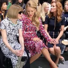 #NYFW Spotted: direto da fila A do desfile da @michaelkors em Nova York @blakelively troca figurinhas com ninguém menos do que Anna Wintour. O que tava rolando nesse papo hein!? #regram @fashiontomax  via GLAMOUR BRASIL MAGAZINE OFFICIAL INSTAGRAM - Celebrity  Fashion  Haute Couture  Advertising  Culture  Beauty  Editorial Photography  Magazine Covers  Supermodels  Runway Models