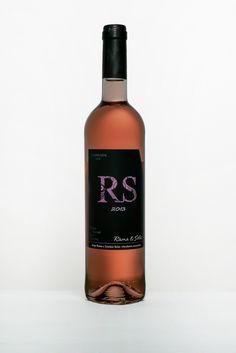 RS - Vinho Rosé 2013 Brilhante de cor rosa pétala. Notas a fruta vermelha fresca tipo morango no aroma e boca. Corpo elegante, fresco e ligeiramente petilante que transmite vivacidade, harmonioso com longo no final de boca.