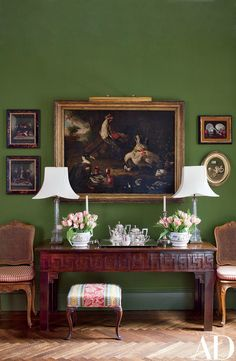 Wool baize lines the dining room walls of this Manhattan apartment decorated by Brockschmidt & Coleman; the oil painting of barnyard fowl is in the manner of Flemish Old Master Roelandt Savery. English Country Style, Country Style Homes, Modern Country, Country Chic, Country Houses, Country Life, Style At Home, Home Interior, Interior Design