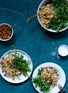 Opskrift på Varm sellerisalat med sprøde kikærter og ristede hasselnødder er salaten, der giver dig lyst til at spise salat, på selv den koldeste vinterdag.