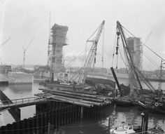 Voorbereidend werk plaatsen van deuren in stormvloedkerin bij Capelle aan de IJssel (1957)   Capelle aan den IJssel