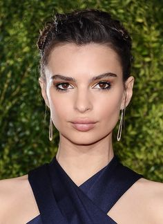 Emily Ratajkowski pairs a smoky eye with rose-nude lips