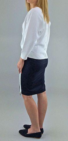 Glamorous Rock´time - Glamuröses Sweatshirt von ARMANI JEANS. Weicher Rautenstepp, mit kleinen Strickbündchen an den 3/4 Ärmeln, Bund und Knopfleiste am Rückteil. Dekorative Strassstein - Applikation auf dem Vorderteil. Perfekt dazu der schlichte, dunkelblaue Bleistiftrock in Baumwollstretch mit weiß umrandetem Seitenreißverschluß. Dazu passend die dunkelblauen Wildleder Loafer von TOMMY HILFIGER.