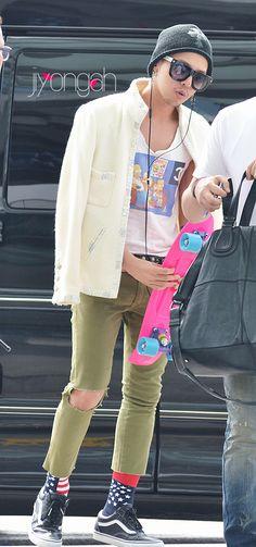 his socks make me laugh! Oh G-Dragon U so cute!