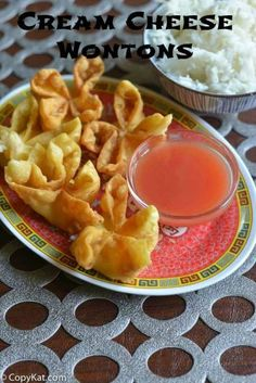 Crispy on the outside and creamy on the inside, these Cream Cheese Wontons are so good! Super easy to make with this recipe and video. Perfect for an appetizer or game day football food. You can make restaurant quality cream cheese wontons at home. Wonton Recipes, Appetizer Recipes, Italian Appetizers, Cream Cheese Recipes Dinner, Chinese Appetizers, Good Food, Yummy Food, Tasty, Wan Tan