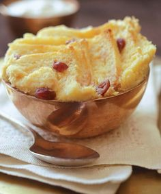 White chocolate bread-and-butter pudding This decadent pudding is served with voda-soaked cranberries. Brownie Pudding, Chocolate Pudding, African Dessert, Delicious Desserts, Dessert Recipes, Slow Cooker Breakfast, Cranberry Bread, Bread And Butter Pudding, Custard Recipes