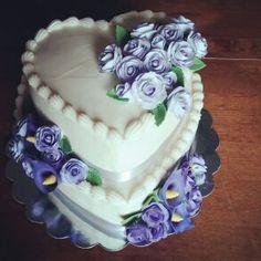 Heart-shaped Wedding Cake #weddingcake #heartshapedweddingcake #gumpasteroses #gumpastecallalillies #purpleflowerweddingcake