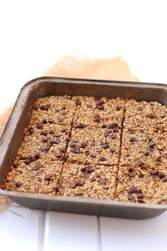 Get your quinoa first thing in the morning with these Banana Quinoa Breakfast Bars recipe. An easy, make-ahead breakfast that is vegan, refined-sugar-free and absolutely delicious. Quinoa Desserts, Quinoa Recipes Easy, Vegan Snacks, Healthy Breakfast Recipes, Whole Food Recipes, Healthy Recipes, Alkaline Breakfast, Healthy Snacks, Fodmap Breakfast