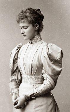 "antique-royals: "" Empress Alexandra Feodorovna of Russia "" Tsar Nicolas Ii, Tsar Nicholas, Victorian Photos, Victorian Women, Victorian Steampunk, Victorian Era, Jeanne Lanvin, Peanuts Gang, Vintage Photographs"
