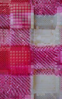 Fondé en 2001 par Henrik Mauler et Jamie Raap, Zeitguised est un studio d'art visuel spécialisé dans les nouveaux médias, explorant constamment la frontière entre le faux et la représentation du réel. Le projet Sample Sample retranscrit le textile sous deux angles différents mais simultanément. La couleur est isolée individuellement tandis que la structure du tissage est représentée par différents niveaux dans l'espace, le tout en image de synthèse.