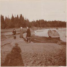 Grand Duchess Olga Nikolaevna, Anna Vyrubova e Grand Duchess Tatiana Nikolaevna nos skerries finlandeses em 1908.