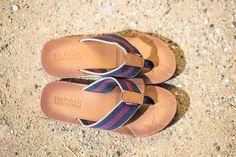 Shooting printemps-été Maniet Luxus. http://shop.maniet.be Tommy Hilfiger, Hilfiger Denim Sandales, escarpins, tongs, espadrilles, peep-toes, sandales compensées, sneakers, baskets, sleep-on, loafers, ballerines, nu-pieds, sabots, boots, bottes, bottines,  mules, mocassins, molières, derbies, stilettos, slingbacks, chaussures, chaussures d'été, printemps, été, soleil, plage, vacances, short, t-shirt, robe, jupe, combi, jeans, sac, sac de plage, tendance, mode.