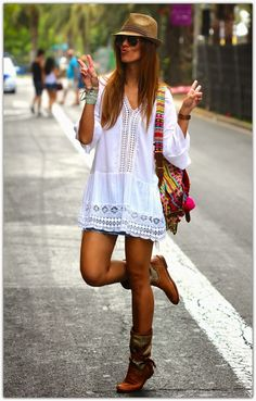 Boho clothes, jewelry and bags have rocked the fashion world. Boho has been immensely popular both with celebrities with masses alike. Let us look over on Boho Mode Hippie, Mode Boho, Hippie Style, Bohemian Style, Hippie Boho, Gypsy Style, Boho Gypsy, Bohemian Decor, Hippie Hats