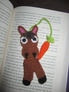 crochet horse bookmark more minituras Crochet Bookmarks, Crochet Books, Love Crochet, Crochet Motif, Crochet Baby, Knit Crochet, Crochet Patterns, Crochet Horse, Crochet Animals