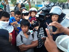 Se enfrentan normalistas y policías federales en Chilpancingo