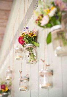 麻ひもで吊るして、小さなブーケを飾ってみるアイディア。DIYウェディングに使えそう