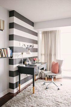 bureau moderne féminin avec déco murale rayée noir et blanc