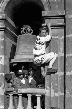 """Babe White, """"El Hombre Mosca"""" empezando a escalar la Catedral en 1917."""