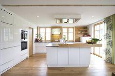 Küche weiß hochglänzend mit Altholz (von Atelier für Küchen & Wohnkultur Laserer)