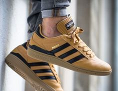 Wheat tones hit the adidas Busenitz skate shoe! For a detailed look, tap the link in our bio. Adidas Busenitz, Adidas Classic Shoes, Adidas Shoes, Adidas Mens Sneakers, Best Sneakers, Sneakers Fashion, Adidas Originals Jeans, Mens Outdoor Fashion, Adidas Retro