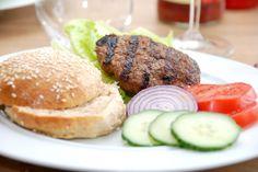 Se hvordan du nemt laver hjemmelavede fuldkorns burgerboller og bøffer, så du får en burger som du kan lide den. Selvfølgelig med masser af tilbehør. Hjemmelavede fuldkorns burgerboller og bøffer e…