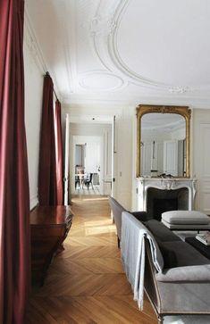 salon baroque avec rideaux longs rouges et moulures decoratives et corniche plafond - Rideaux Salon