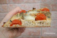 La pinsa romana è l'antenata della pizza, una focaccia morbida ed alveolata con una base croccante, preparata con poco lievito ed una lunga lievitazione.