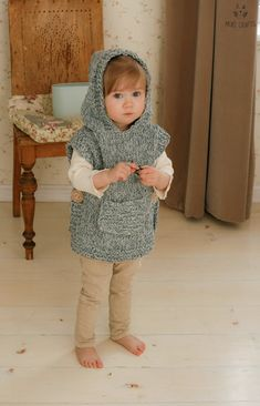 Knitting pattern for chunky hooded poncho bebe Poncho Knitting Patterns, Crochet Poncho, Loom Knitting, Knit Patterns, Free Knitting, Crochet Baby, Knitting And Crocheting, Crochet Summer, Knitted Cape