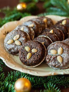 Elisenlebkuchen sind eine Variante der Nürnberger Lebkuchen. Sie enthalten kaum oder gar kein Mehl und sind besonders saftig.