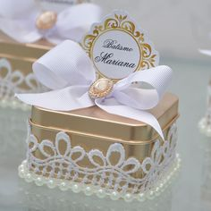 Hoje vamos mostrar os mimos do batismo da pequena Mariana! Lata dourada recheada de suspiros e lind - finogostomimoselembrancas Wedding Favors And Gifts, Party Favors, Baptism Favors, Baptism Party, Baby Shower, Bridal Shower, Deco Buffet, First Communion, Craft Gifts