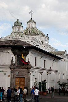 Puerta suroccidental del Convento de La Compañía, hacia la Plaza de San Francisco, Quito.