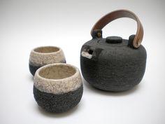 Teiera e tazze da tè. manico in legno multistrato, in rovere e mogano.